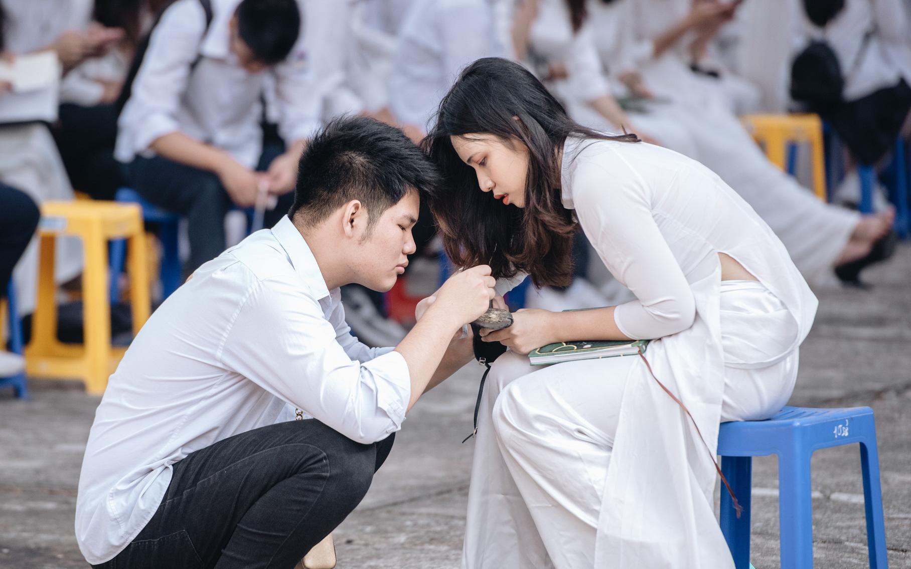 Khoảnh khắc dễ thương trong lễ bế giảng THPT Chu Văn An: Nam sinh cặm cụi sửa giày cho bạn gái cùng lớp