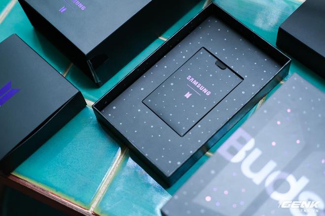 Mở hộp tai nghe Galaxy Buds+ phiên bản BTS: Hộp sản phẩm to bất ngờ, bóc mỏi tay mới biết có nhiều quà kèm theo dành cho A.R.M.Y - ảnh 4