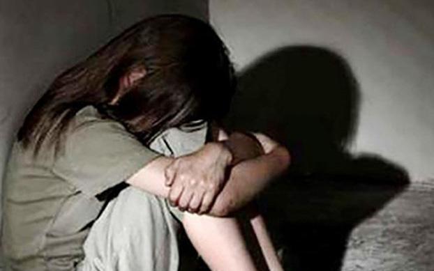 Điều tra nhóm thiếu niên thay nhau hiếp dâm bé gái, còn lấy điện thoai quay video
