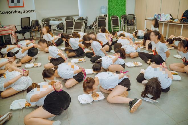 Clip hàng chục cô gái trói tay, chật vật nhoài người ăn cơm bằng miệng để hoàn thành thử thách trong buổi tập huấn kinh doanh gây tranh cãi - ảnh 1