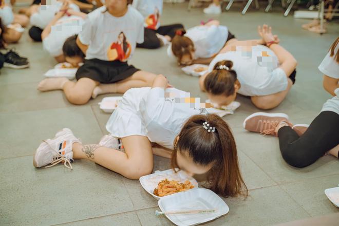 Clip hàng chục cô gái trói tay, chật vật nhoài người ăn cơm bằng miệng để hoàn thành thử thách trong buổi tập huấn kinh doanh gây tranh cãi - ảnh 2
