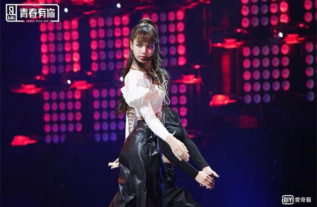 Đụng hàng Lisa cool ngầu nhưng Irene lại xinh như công chúa, vừa khoe được eo vừa lấp ló vòng 1 gợi cảm - ảnh 2