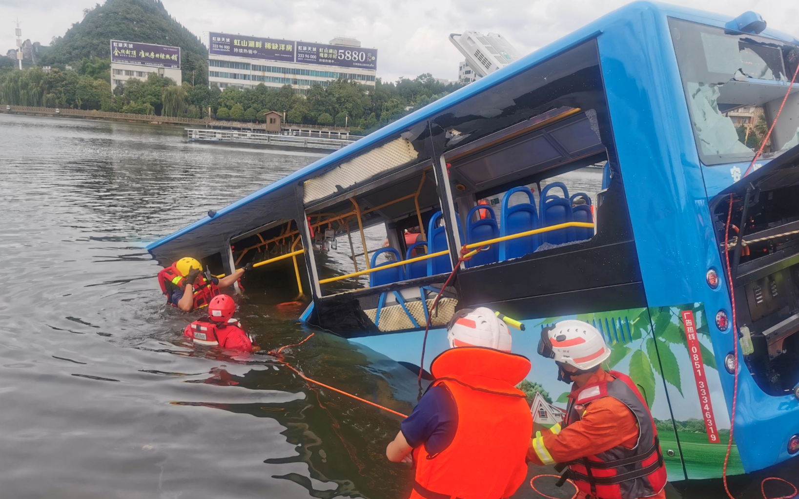 Trung Quốc: Xe bus chở học sinh đi thi Đại học lao xuống hồ nước khiến 21 người chết, 15 người bị thương