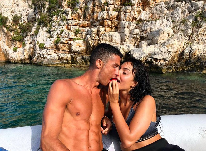 Bạn gái đăng ảnh cực nóng bỏng, Ronaldo không chịu nổi phải thốt lên một câu nhận về hàng vạn lượt thả tim: Em là người đẹp nhất thế giới này - ảnh 2