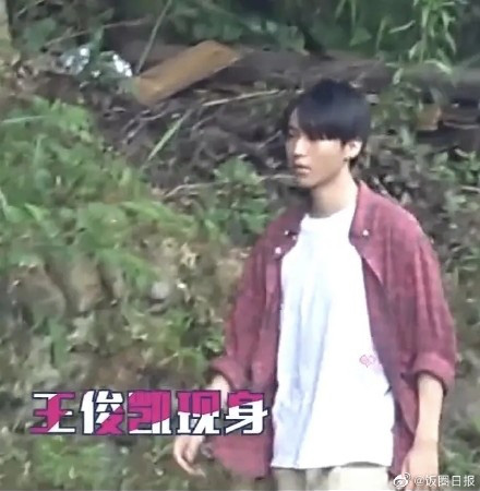 Nhìn tạo hình trai làng ngơ ngác của Vương Tuấn Khải vừa được tung, fan anh chàng méo mặt vì mãi mới nhận ra idol nhà mình - ảnh 4