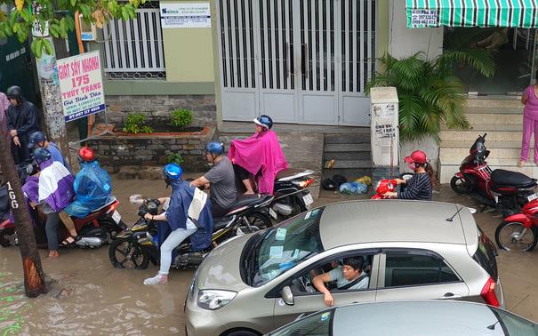 TP.HCM: Sáng nắng gắt, chiều mưa lớn kinh hoàng khiến người dân ướt sũng, bì bõm dắt xe lội nước
