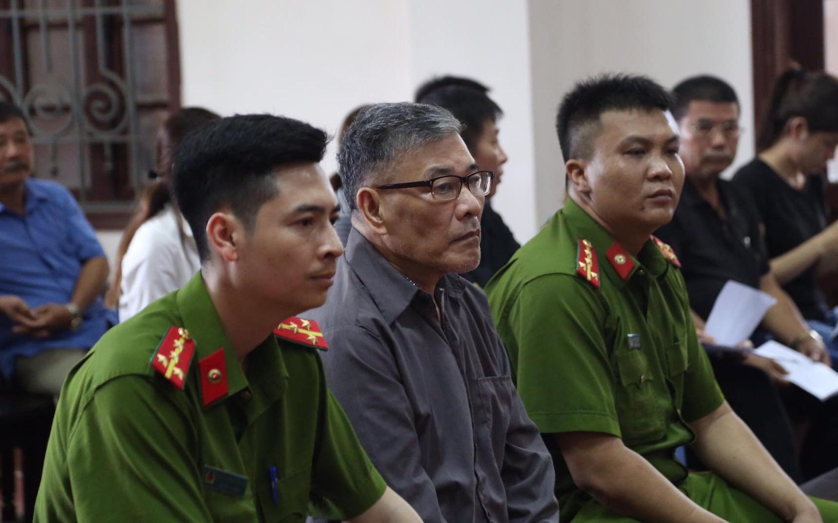 Trực tiếp xét xử vụ anh trai cầm dao truy sát cả nhà em gái ở Thái Nguyên: Người thân mang di ảnh nạn nhân tới toà