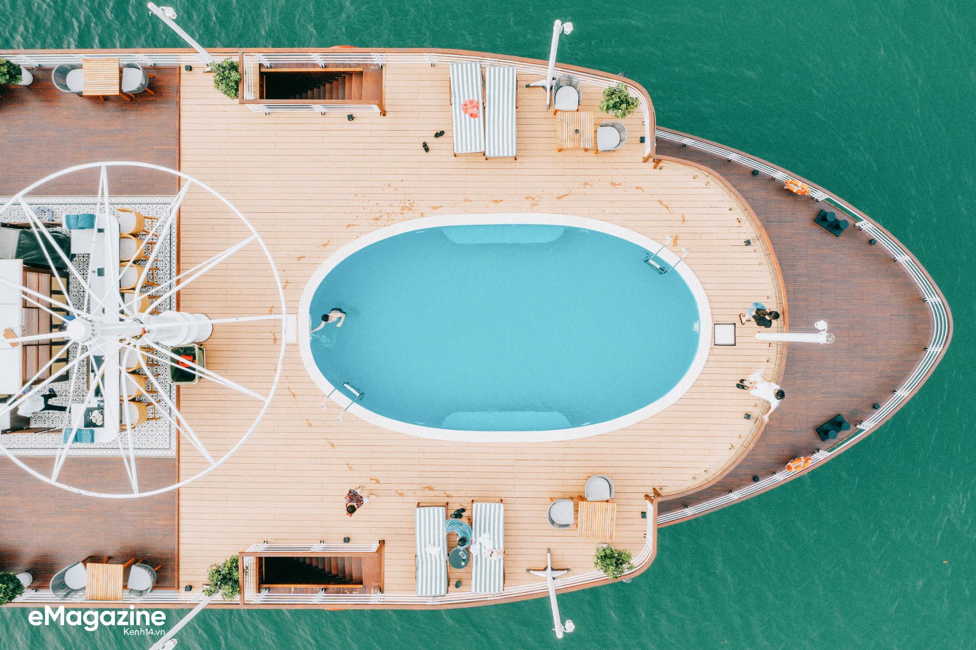 Trải nghiệm vịnh Lan Hạ đẹp như thơ trên du thuyền 5 sao để nhận ra: Đi du lịch ở Việt Nam có thể đẳng cấp chẳng kém chỗ nào! - Ảnh 8.
