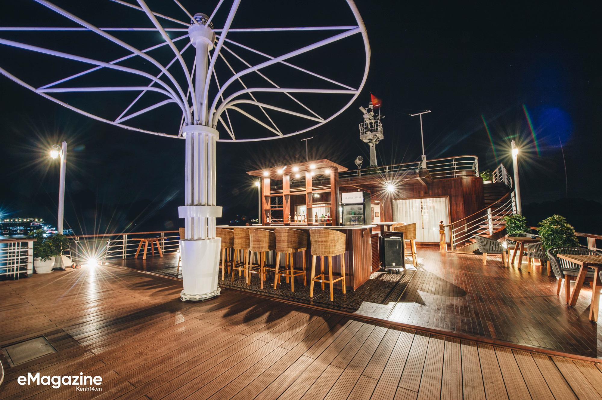 Trải nghiệm vịnh Lan Hạ đẹp như thơ trên du thuyền 5 sao để nhận ra: Đi du lịch ở Việt Nam có thể đẳng cấp chẳng kém chỗ nào! - Ảnh 15.