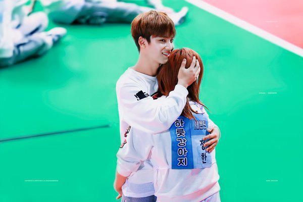 Cứ ngỡ đây là cô gái may mắn nào được V (BTS), Mingyu (Seventeen)... thân mật - ảnh 2