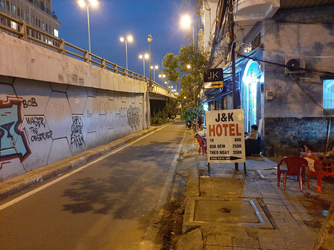 Thanh niên nghi cố thủ trong nhà dân, cầm hung khí tự đâm vào bụng ở Sài Gòn - ảnh 2