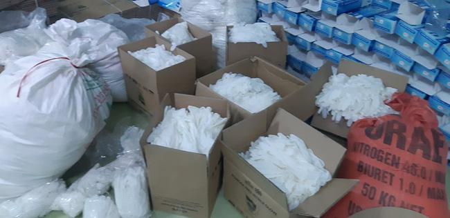 Hàng chục tấn găng tay đã qua sử dụng được tái chế để... bán ra thị trường - ảnh 1