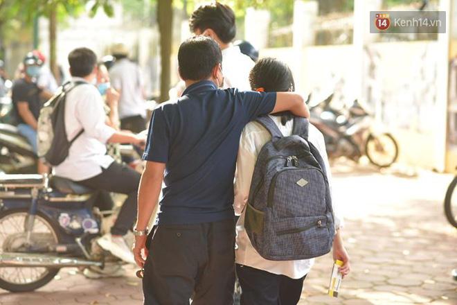 Những khoảnh khắc cảm xúc nhất kỳ thi THPT Quốc gia: Khi đứa con bé bỏng của bố mẹ sắp bước vào đại học - ảnh 18