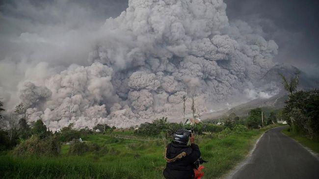 Núi lửa Sinabung (Indonesia) phun trào nhiều lần, cảnh báo dung nham lạnh - ảnh 1