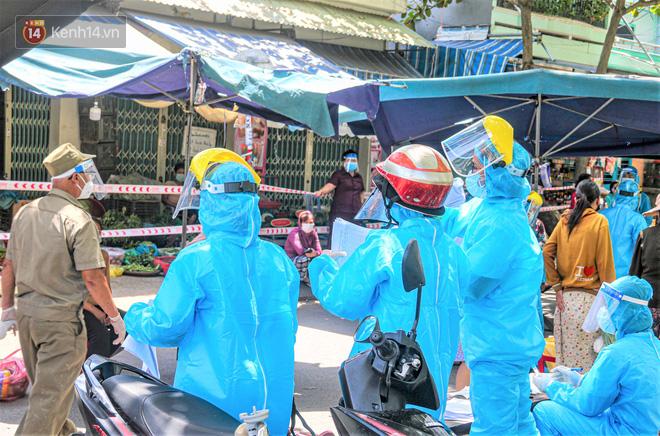Đà Nẵng: Hàng trăm tiểu thương và người dân đi chợ được lấy mẫu xét nghiệm Covid-19 - ảnh 1
