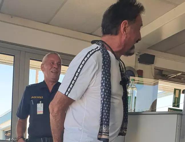 Bị bế về đồn vì đeo quần lót ren thay khẩu trang, ông trùm công nghệ thanh minh loại này an toàn nhất luôn đó - Ảnh 3.