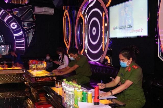 Hải Phòng: Bất chấp lệnh cấm, karaoke vẫn hoạt động trong dịch COVID-19 - ảnh 1