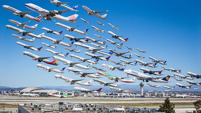 Ngoạn mục hàng trăm máy bay cất cánh cùng lúc như thể tắc đường hàng không cùng loạt khoảnh khắc ở sân bay khiến ai cũng há hốc - ảnh 1