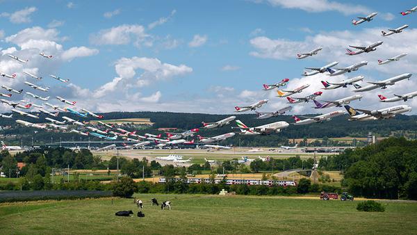 Ngoạn mục hàng trăm máy bay cất cánh cùng lúc như thể tắc đường hàng không cùng loạt khoảnh khắc ở sân bay khiến ai cũng há hốc - ảnh 5
