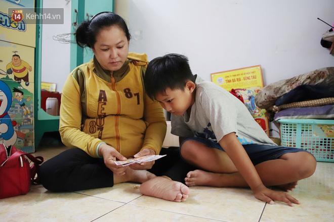 Bố bỏ nhà theo vợ nhỏ, bé trai 9 tuổi đi bán vé số khắp Sài Gòn kiếm tiền chữa bệnh cho người mẹ tật nguyền - ảnh 1