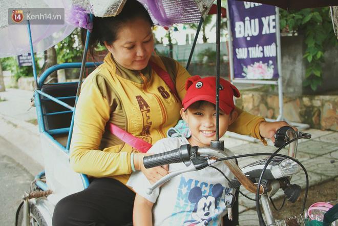 Bố bỏ nhà theo vợ nhỏ, bé trai 9 tuổi đi bán vé số khắp Sài Gòn kiếm tiền chữa bệnh cho người mẹ tật nguyền - ảnh 12