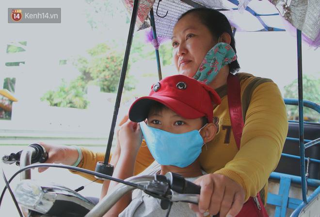 Bố bỏ nhà theo vợ nhỏ, bé trai 9 tuổi đi bán vé số khắp Sài Gòn kiếm tiền chữa bệnh cho người mẹ tật nguyền - ảnh 16