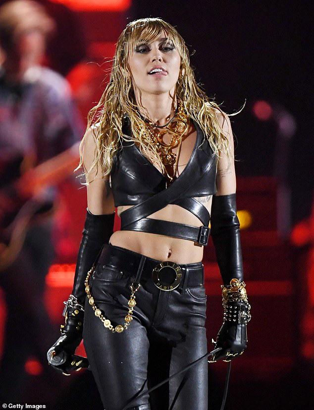 Vừa chia tay Cody, Miley Cyrus đã hé lộ quá khứ gây sốc: Quan hệ lần đầu với 2 cô gái, nói dối chồng cũ Liam suốt 10 năm - ảnh 3