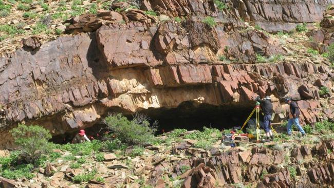 Đang đi khảo sát địa hình thì muốn giải quyết nỗi buồn, người đàn ông phát hiện di tích lịch sử 49.000 năm tuổi theo cách không ai ngờ - ảnh 2