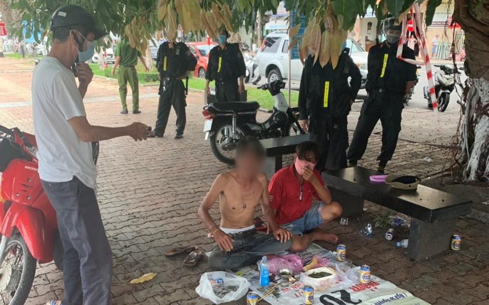 """Xử lý nhóm """"ma men"""" tụ tập ăn nhậu nơi công cộng, chống đối công an phường"""