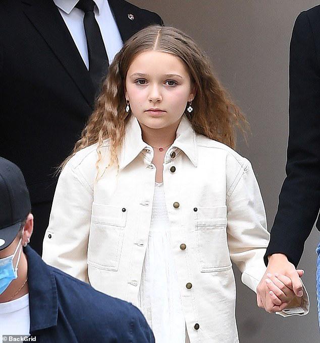 Khi Brooklyn Beckham đưa hôn thê tài phiệt và Harper đi mua sắm: Anh biến thành khuôn vác, còn 2 chị em đi diễn hay gì? - ảnh 3