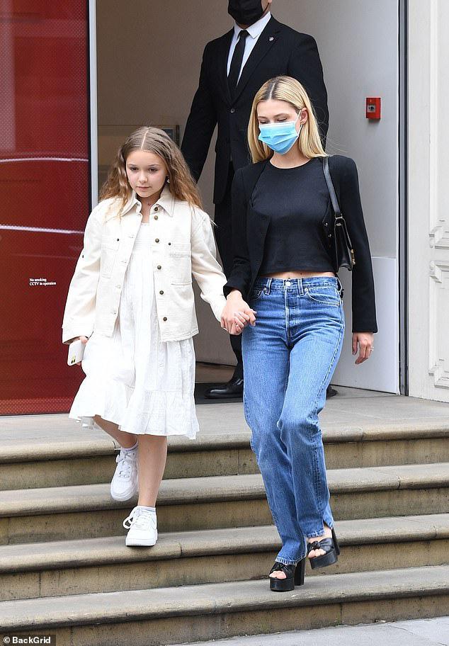 Khi Brooklyn Beckham đưa hôn thê tài phiệt và Harper đi mua sắm: Anh biến thành khuôn vác, còn 2 chị em đi diễn hay gì? - ảnh 1