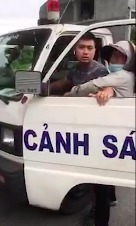 Một công an mặc quần đùi, áo cộc đi xe biển xanh bắt hàng rong ở Hà Nội khiến dư luận xôn xao - ảnh 1