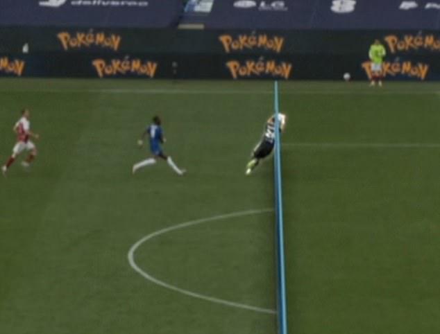 Tình huống gây tranh cãi ở chung kết FA Cup: Thủ môn Arsenal dùng tay ngoài vòng cấm nhưng vẫn đúng luật, theo VAR - ảnh 1