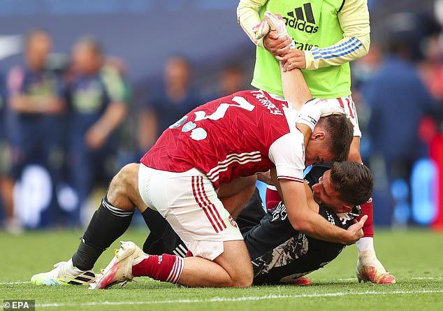 Tình huống gây tranh cãi ở chung kết FA Cup: Thủ môn Arsenal dùng tay ngoài vòng cấm nhưng vẫn đúng luật, theo VAR - ảnh 3