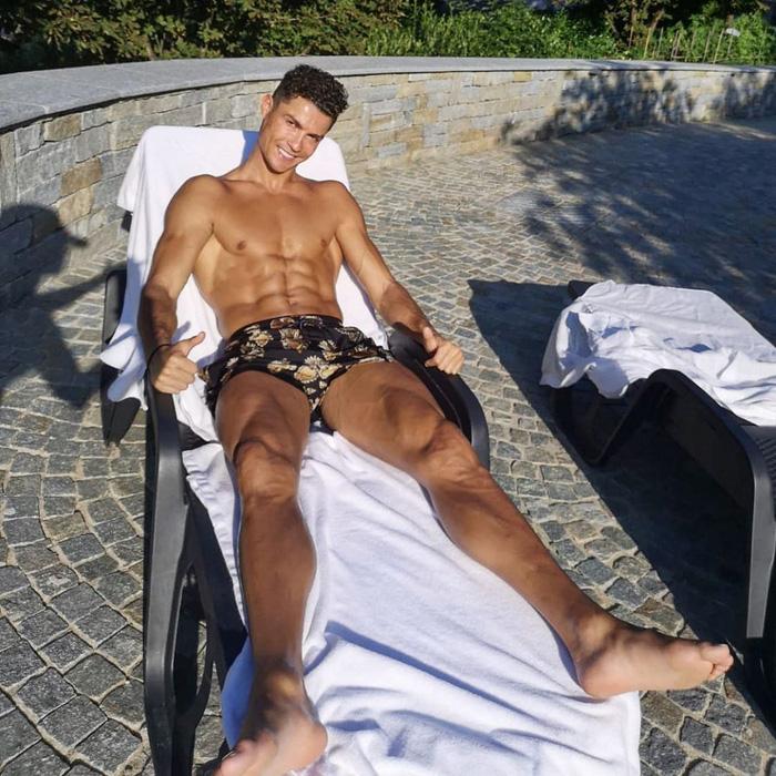 Cựu danh thủ 46 tuổi tự tin khẳng định sở hữu body chuẩn hơn cả Ronaldo, nhìn cơ thể của ông thì quả thật không thể đùa được đâu - Ảnh 3.