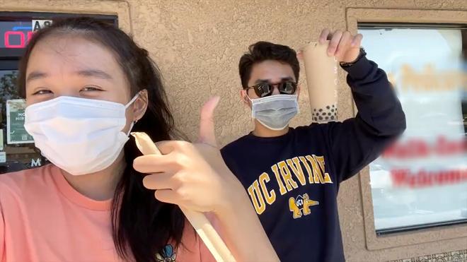 Jenny Huỳnh khoe anh trai đưa đi uống trà sữa khắp nước Mỹ, khẩu trang kín mít nhưng thấy hơi lầy và quá là điển trai - ảnh 1