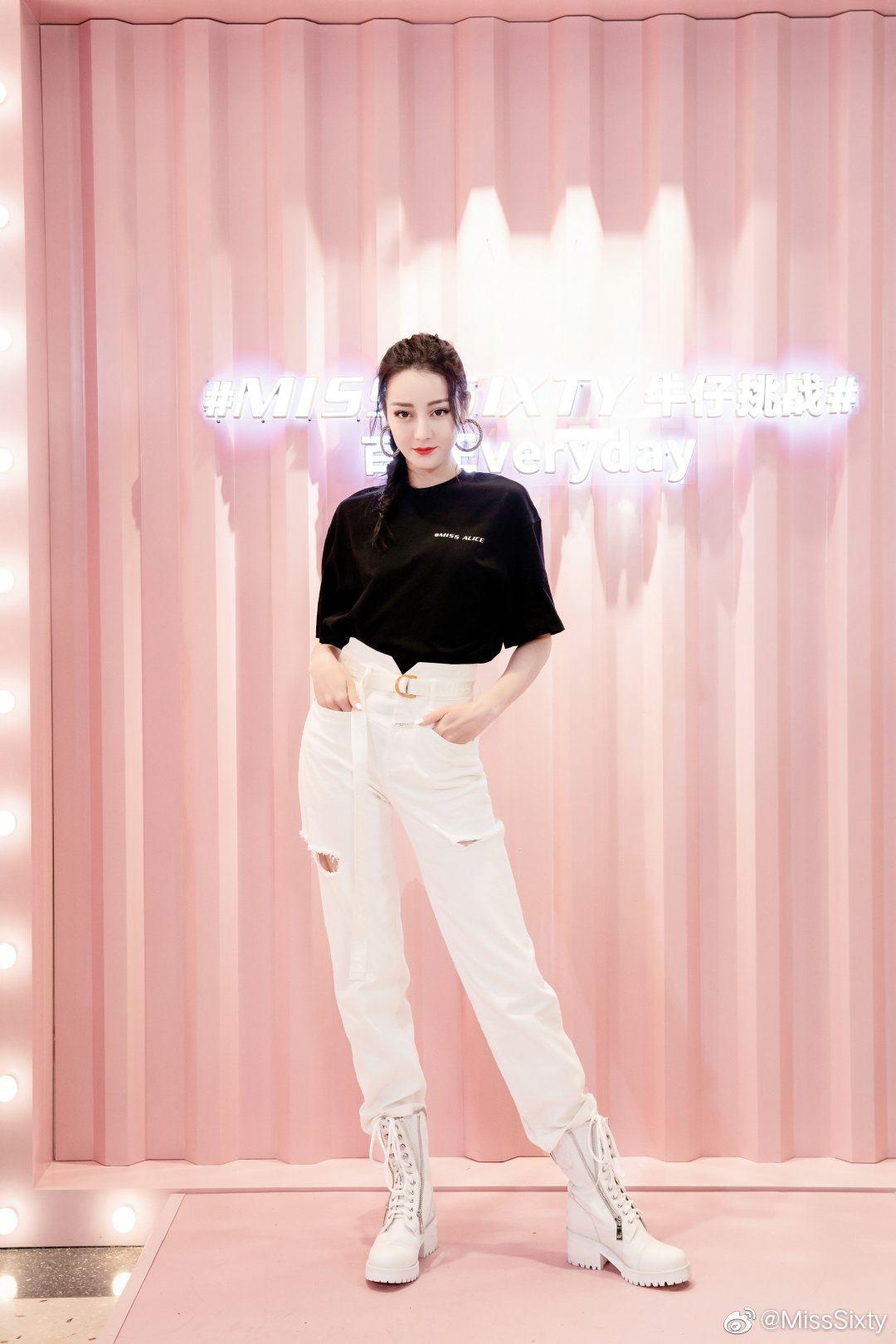 Cùng diện quần jeans: Mẹ bỉm sữa Triệu Lệ Dĩnh khoe style hack tuổi, Địch Lệ Nhiệt Ba hết mức cool ngầu - Ảnh 1.