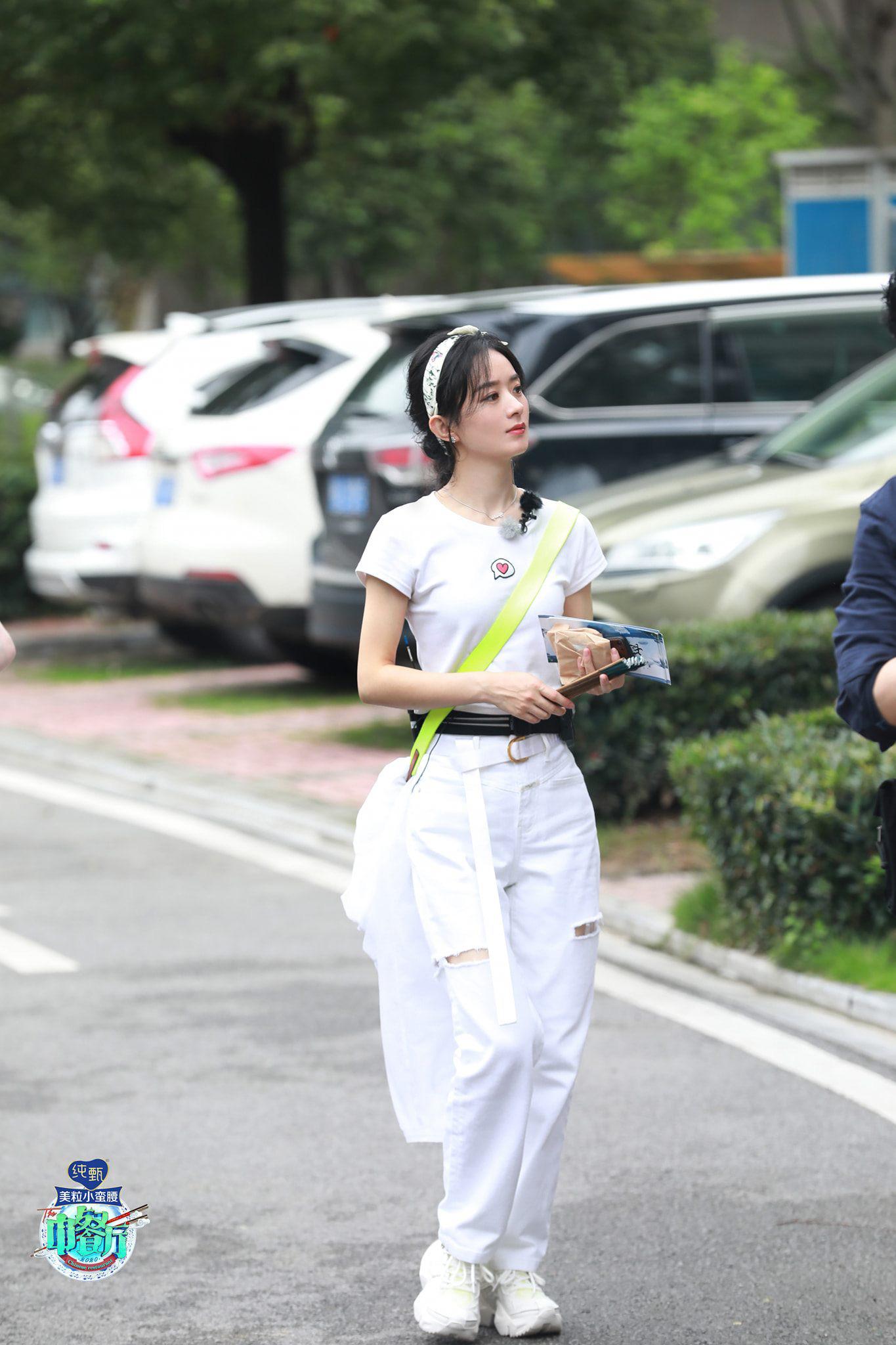 Cùng diện quần jeans: Mẹ bỉm sữa Triệu Lệ Dĩnh khoe style hack tuổi, Địch Lệ Nhiệt Ba hết mức cool ngầu - Ảnh 4.
