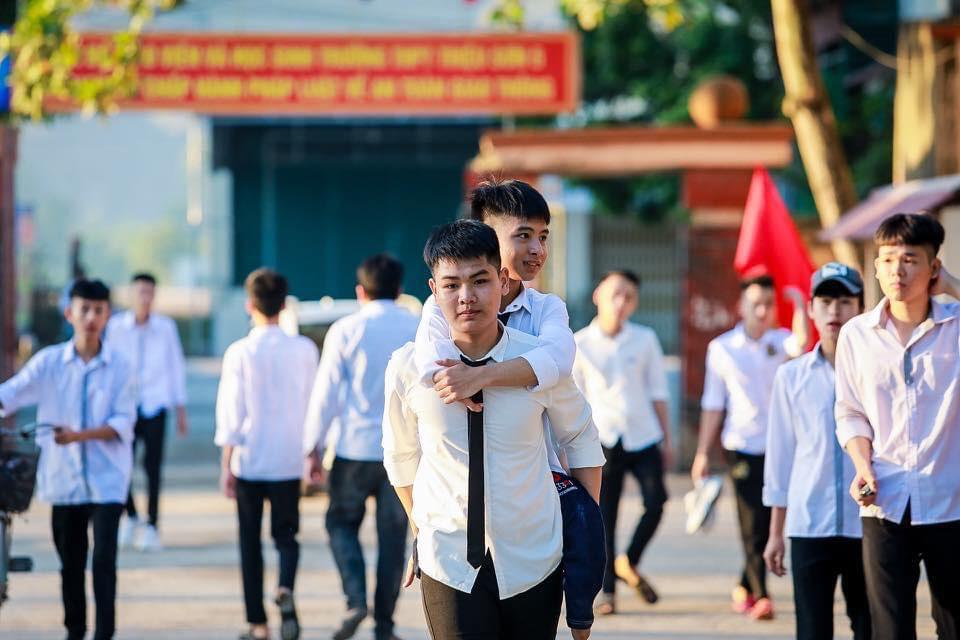 Hình ảnh Văn Hiếu cõng cậu bạn thân Tất Minh đến điểm thi