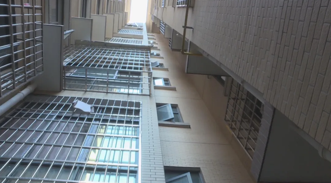 Đến thăm bà ngoại, bé gái 3 tuổi hoảng loạn khi mắc kẹt trong thang máy để rồi ngã từ tầng 8 tử nạn, hình ảnh ghi lại trong camera gây ám ảnh - Ảnh 3.