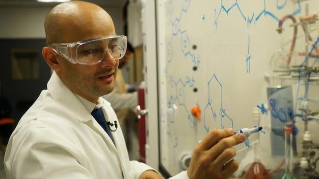 10 tuổi chưa biết chữ, người đàn ông gốc Việt vẫn chinh phục hoá học và trở thành Giáo sư đại học danh giá tại Mỹ - Ảnh 2.