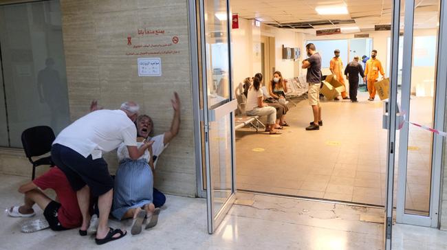 Bệnh viện sau vụ nổ Beirut, nơi sự sống và cái chết chỉ cách gang tấc: Y tá ôm 3 trẻ sơ sinh cầu cứu, mẹ quỳ gối an ủi con trai - ảnh 3