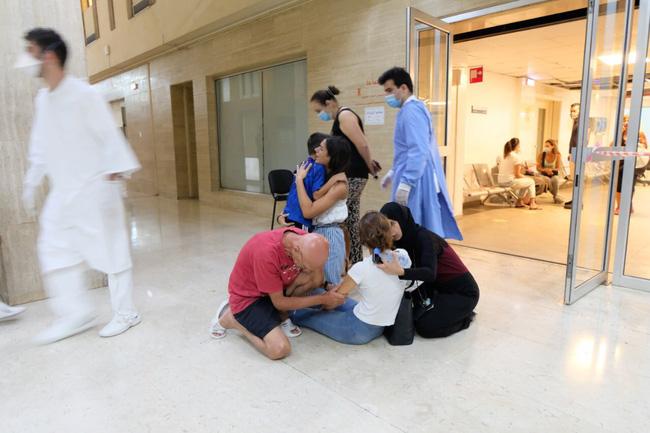 Bệnh viện sau vụ nổ Beirut, nơi sự sống và cái chết chỉ cách gang tấc: Y tá ôm 3 trẻ sơ sinh cầu cứu, mẹ quỳ gối an ủi con trai - ảnh 6