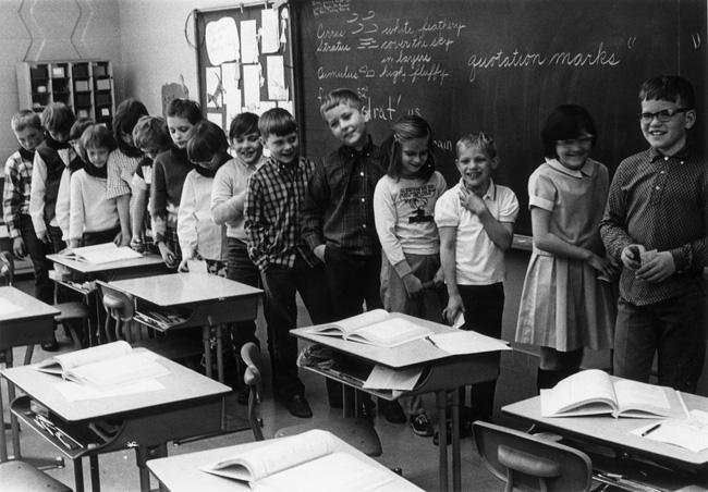 Thí nghiệm Mắt xanh - mắt nâu đặc biệt của cô giáo: Từng khiến học sinh đánh đấm, khinh miệt nhau nhưng cuối cùng được cả thế giới tung hô - ảnh 2