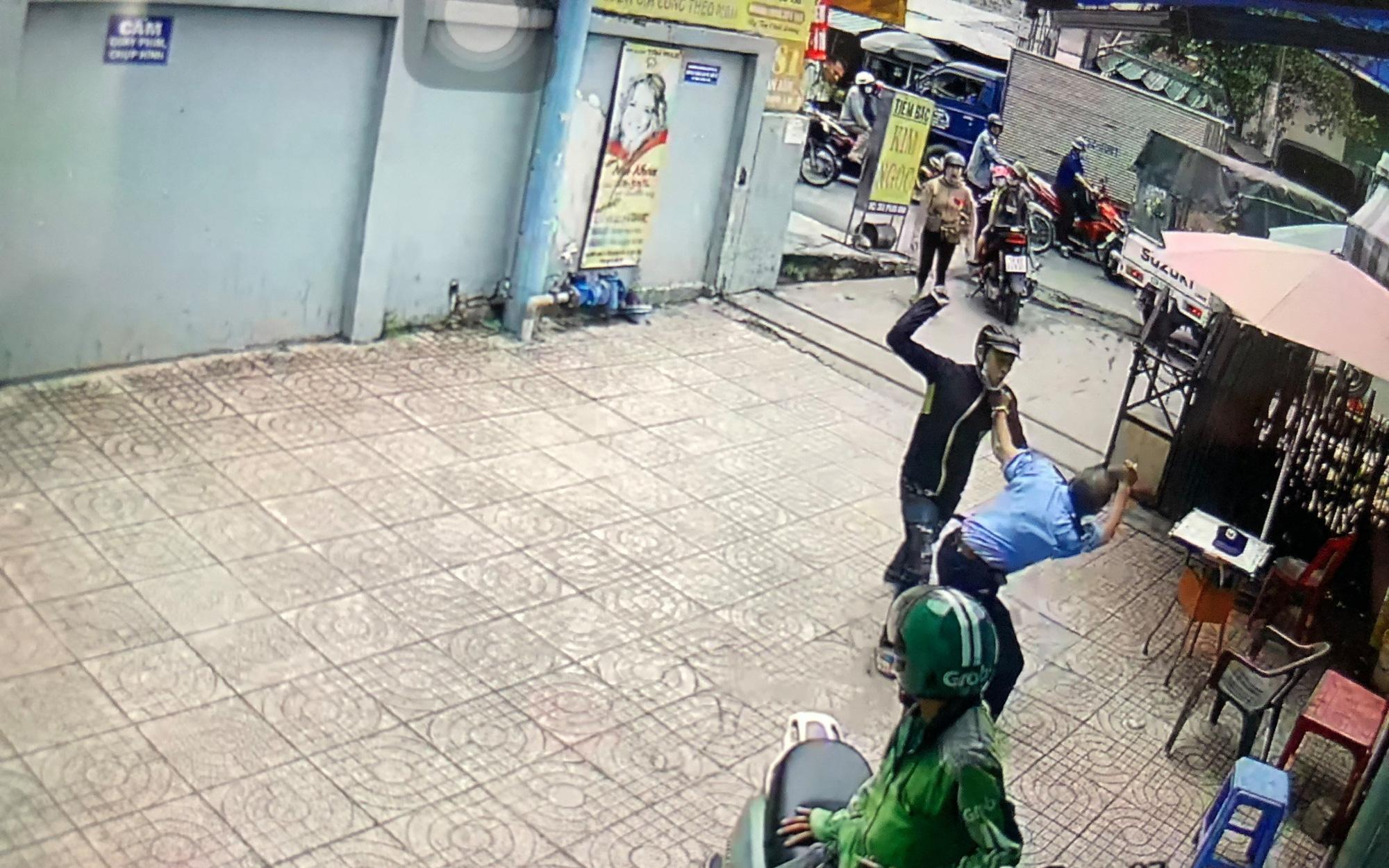 Thanh niên dùng hung khí truy sát khiến bảo vệ chung cư nhập viện ở Sài Gòn