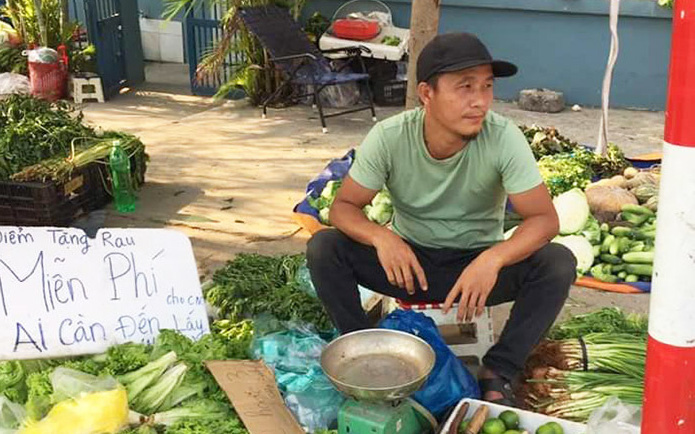 """Gặp ông chủ hàng rau """"không đeo khẩu trang, bán đắt gấp đôi"""": Thường phát rau miễn phí giúp đỡ công nhân nghèo"""