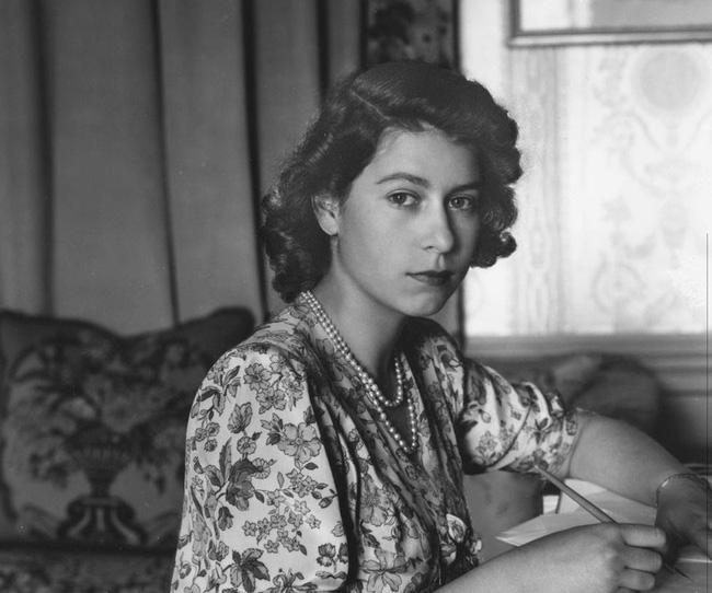 Một loạt ảnh hiếm thời trẻ của Nữ hoàng Anh cho thấy bà đích thực là tuyệt sắc giai nhân với khí chất khó ai sánh bằng - ảnh 1