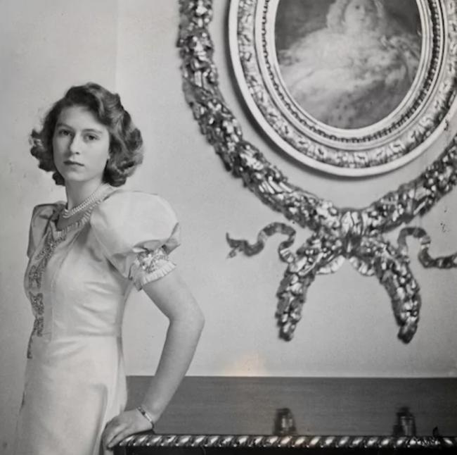 Một loạt ảnh hiếm thời trẻ của Nữ hoàng Anh cho thấy bà đích thực là tuyệt sắc giai nhân với khí chất khó ai sánh bằng - ảnh 2