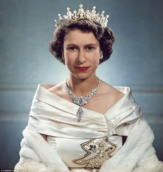 Một loạt ảnh hiếm thời trẻ của Nữ hoàng Anh cho thấy bà đích thực là tuyệt sắc giai nhân với khí chất khó ai sánh bằng - ảnh 11