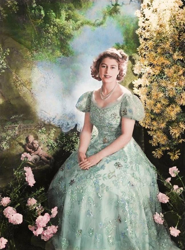 Một loạt ảnh hiếm thời trẻ của Nữ hoàng Anh cho thấy bà đích thực là tuyệt sắc giai nhân với khí chất khó ai sánh bằng - ảnh 4